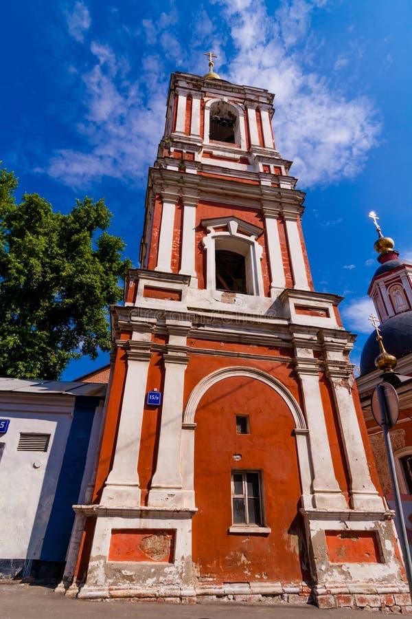 Fasad av gammal kyrklig belltower för röd tegelsten arkivfoton