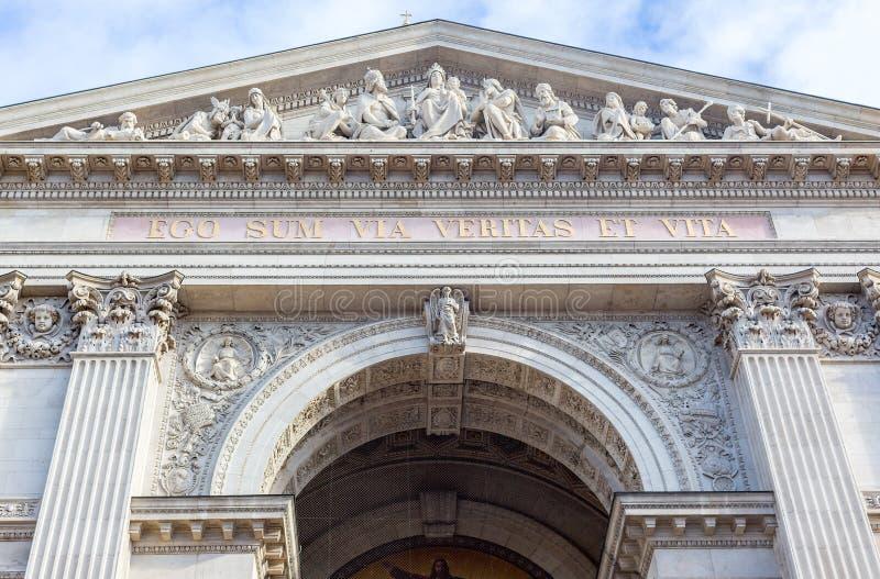 Fasad av helgonet Stephen Basilica, katolsk kyrka i den Budapest inskriften i latin: Jag är vägen sanningen och livet royaltyfri bild