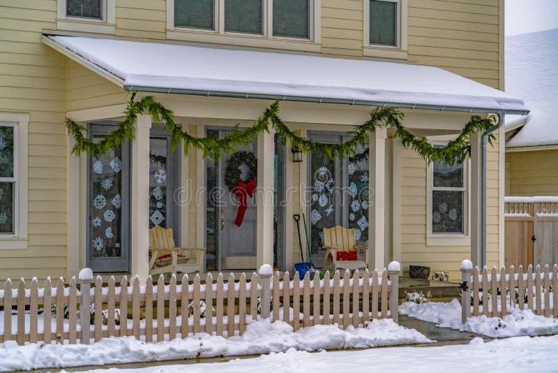 Fasad av hemmet med julgarnering i vinter royaltyfria bilder