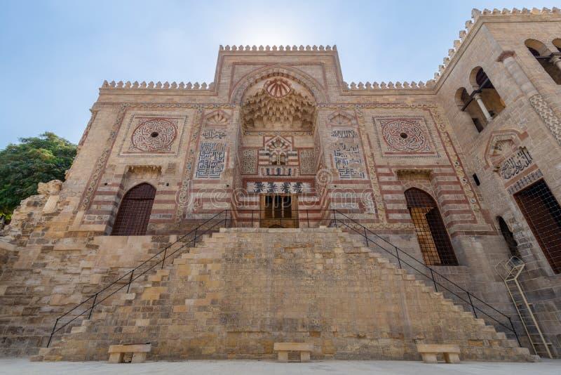 Fasad av historisk byggnad för al-MuayyadBimaristan sjukhus, Darb Al Labana område, gammal Kairo, Egypten arkivbild