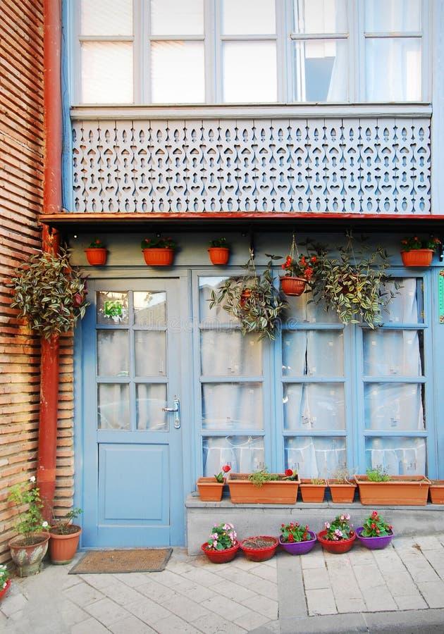 Fasad av huset i den gamla staden i Tbilisi fotografering för bildbyråer