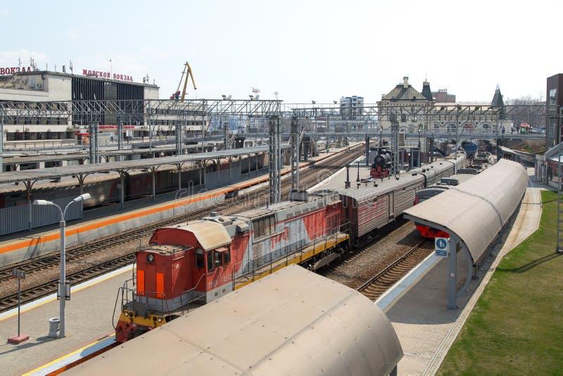 Fasad av järnvägsstationen med stänger, drev och hamnstadbuildi fotografering för bildbyråer