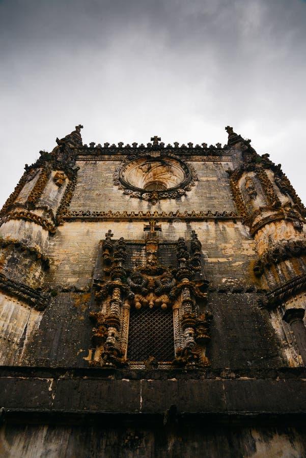 Fasad av kloster av Kristus med dess berömda invecklade Manueline fönster i den medeltida Templar slotten i Tomar, Portugal royaltyfri fotografi