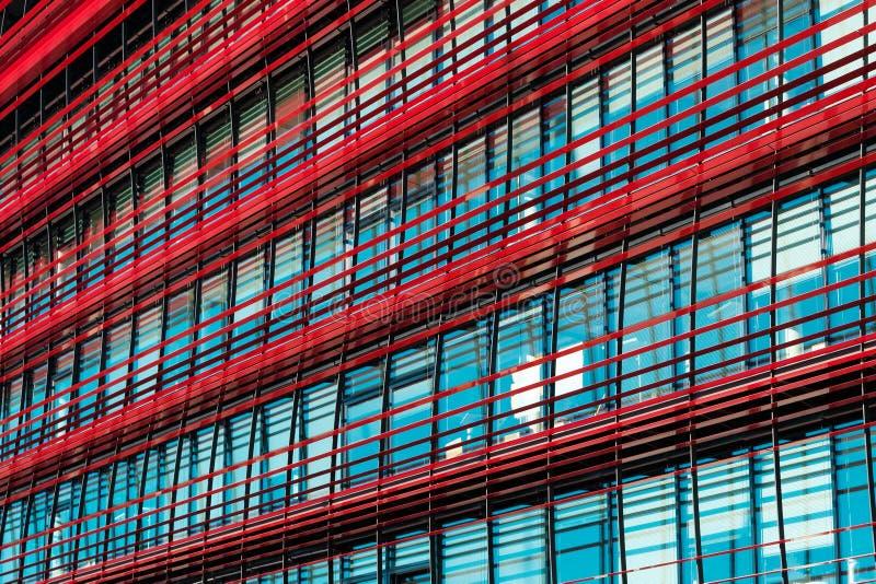 Fasad av modern företags byggnad - kontorsbyggnadyttersida arkivbilder