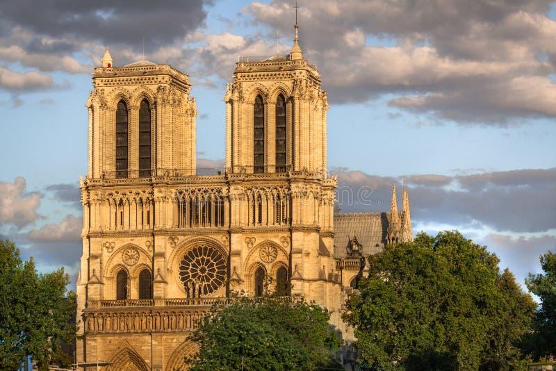 Fasad av Notre Dame, Paris arkivfoton