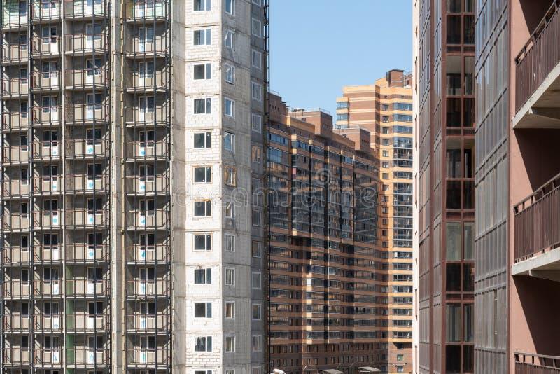 Fasad av ny m?ng--v?ning en bostads- byggnad arkitektur av den moderna staden arkivfoto