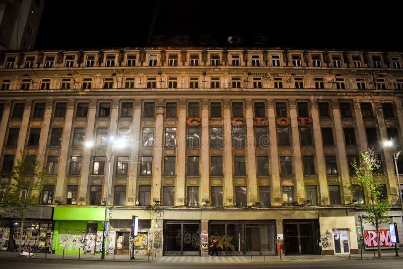 Fasad av stor åldrig kommunistisk byggnad med brutalistarkitektur som överges på den Magheru boulevarden i centrum av den Buchare royaltyfria foton
