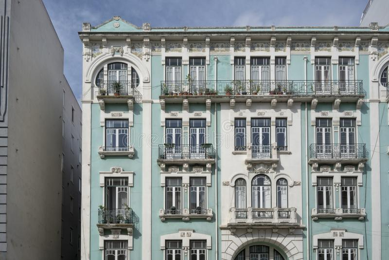 Fasad av typisk portugisisk byggnad i Lissabon portugal arkivfoton
