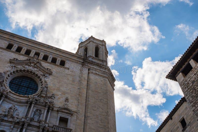 Fasad för högt torn för domkyrka Girona för huvudsaklig gränsmärke gotisk royaltyfri bild