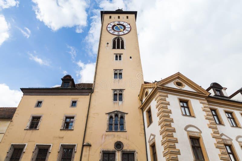 Fasad för Regensburg klockatorn under molnig himmel royaltyfria bilder