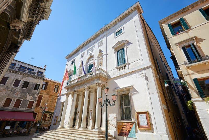 Fasad för Teatro LaFenice byggnad, sikt för låg vinkel i Venedig, Italien arkivbilder