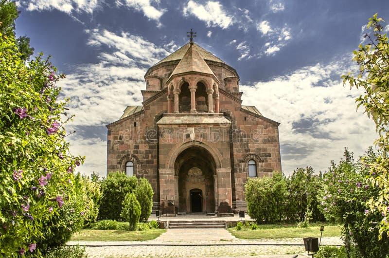 Fasad och den huvudsakliga ingången till kyrkan av St Hripsime i Echmiadzin arkivbilder