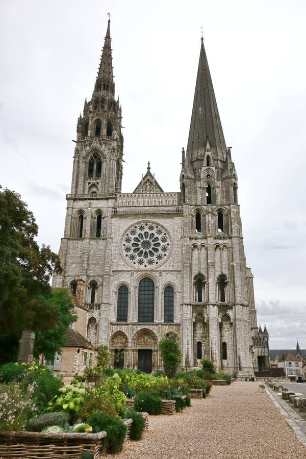Fasad och kyrktorn Chartres för gotisk domkyrka västra arkivbild
