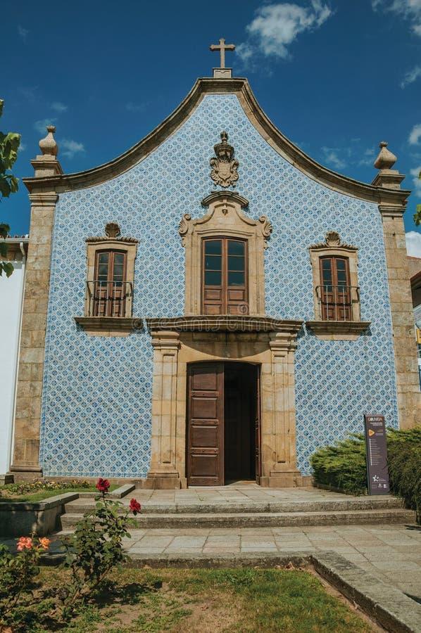 Fasad som t?ckas av keramiska tegelplattor i en barock kyrka royaltyfria bilder