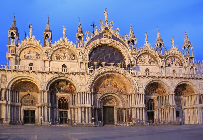 Fasada bazylika Di San Marco przy półmrokiem, Wenecja fotografia royalty free