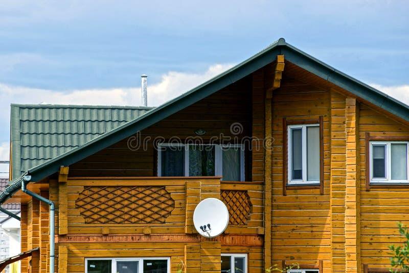 Fasada brown drewniany dom z okno i anteną satelitarną obrazy royalty free