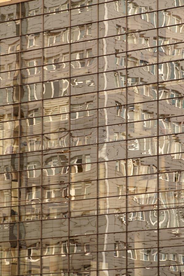 Fasada budynek odbija na lustrzanej powierzchni ano obraz stock