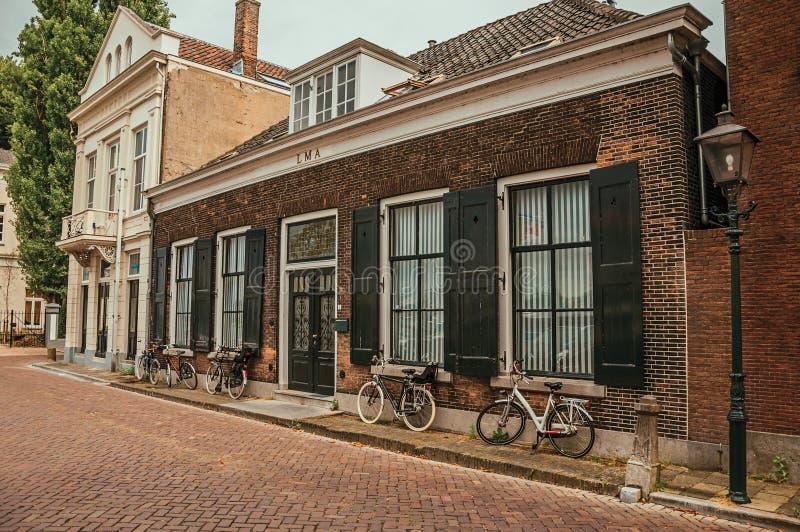 Download Fasada Eleganccy Ceglani Domy I Bicykle Na Ulicie W Chmurnym Dniu Przy Dordrecht Obraz Editorial - Obraz złożonej z elegancki, dekoruje: 106918700