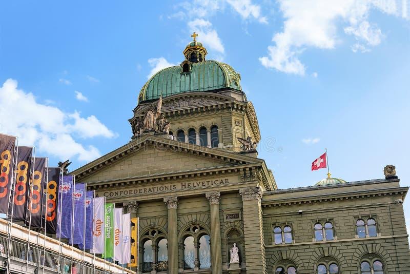 Fasada Federacyjny pałac Szwajcaria góruje i chorągwiany Bern fotografia royalty free