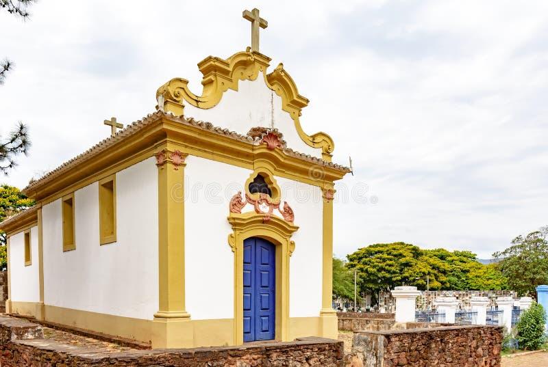 Fasada historyczny kościół w kolonialnej architekturze z antycznym cmentarzem za obraz royalty free