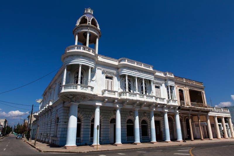Fasada kolonialny budynek przy Parque Jose Marti w Cienfuegos, Kuba obraz royalty free