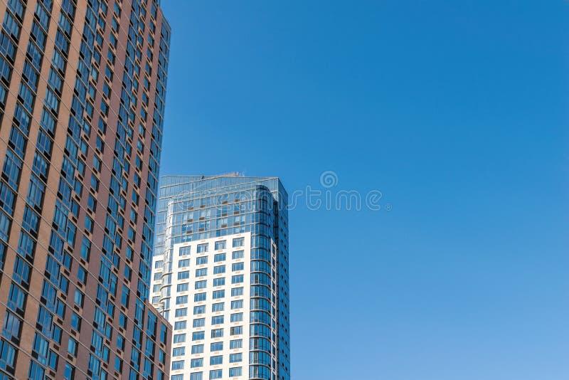 Fasada niektóre bardzo wysocy budynki mieszkaniowi w W centrum Brooklyn, na pięknym, pogodnym letnim dniu, Miasto Nowy Jork zdjęcie stock