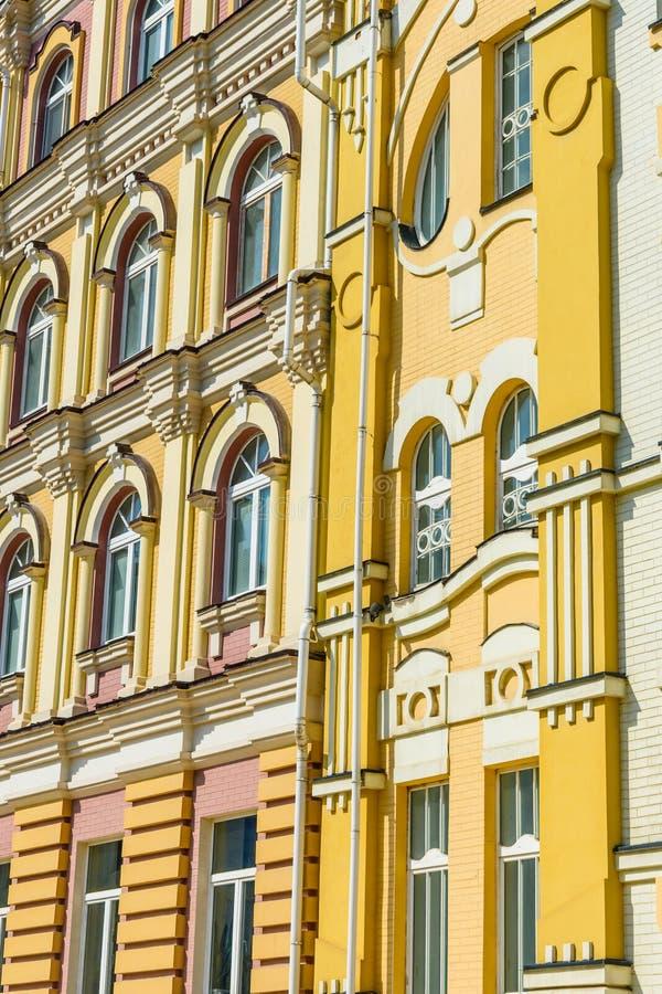Fasada nowożytny budynek mieszkalny w elity okręgu obrazy stock