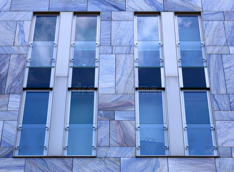 Fasada nowożytny budynek z błękita marmuru taflami i płytkami zdjęcia royalty free