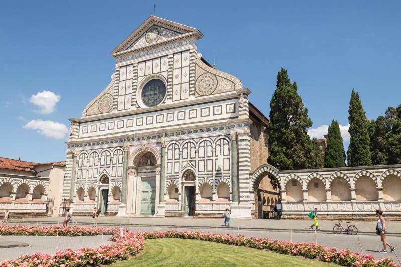 Fasada Santa Maria nowele Kościelny Florencja, Włochy z turystami chodzi w pobliżu obrazy royalty free