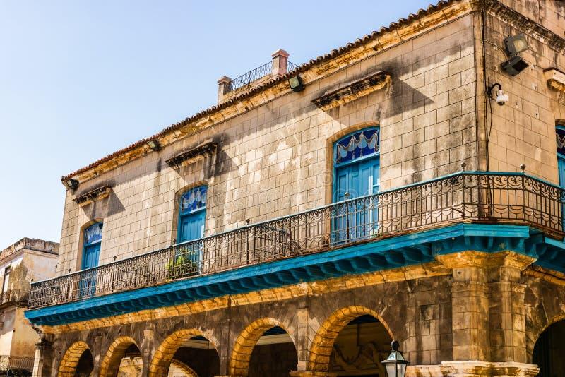 Fasada stary budynek od katedra kwadrata w Hawańskim, Kuba zdjęcie stock
