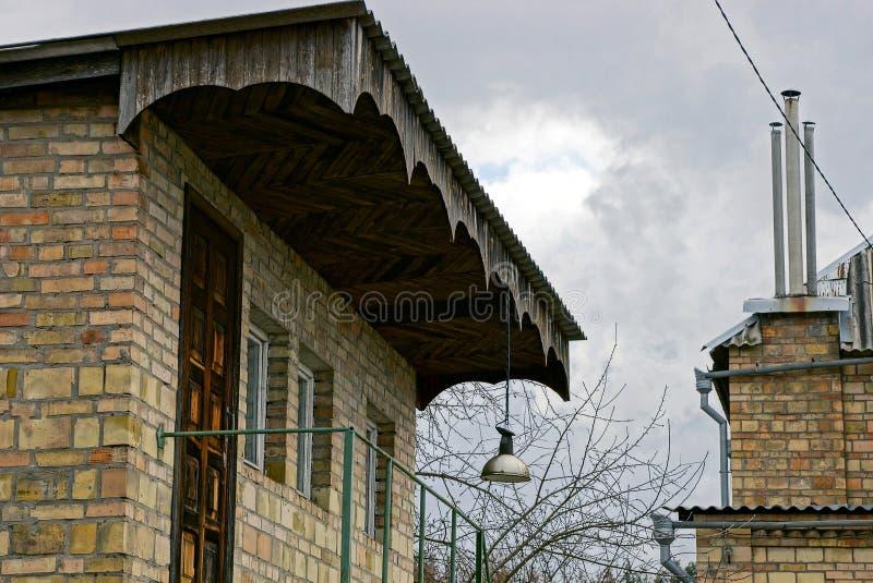 Fasada stary cegła dom z trzy okno na nieba tle zdjęcie stock
