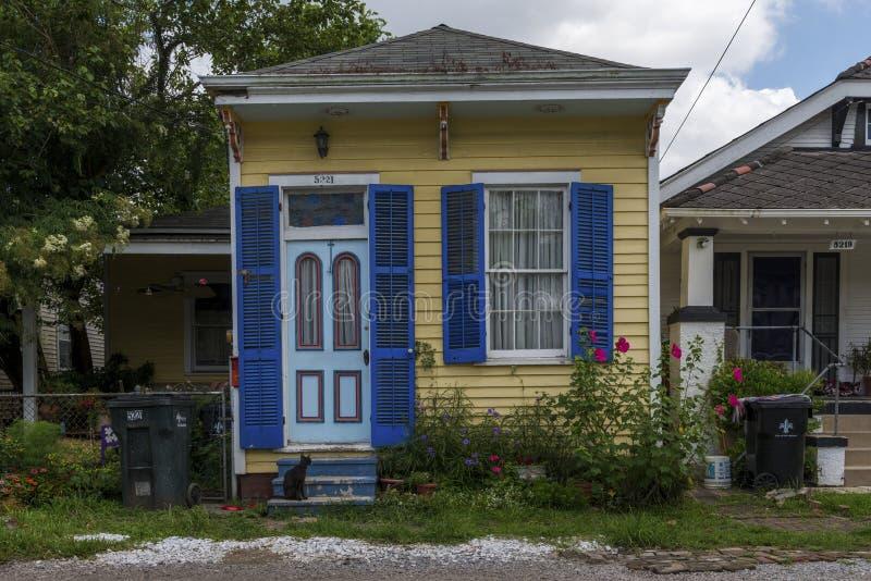 Fasada stary i kolorowy creole dom w Faubourg Lafayette sąsiedztwie w mieście Nowy Orlean, Luizjana zdjęcia royalty free