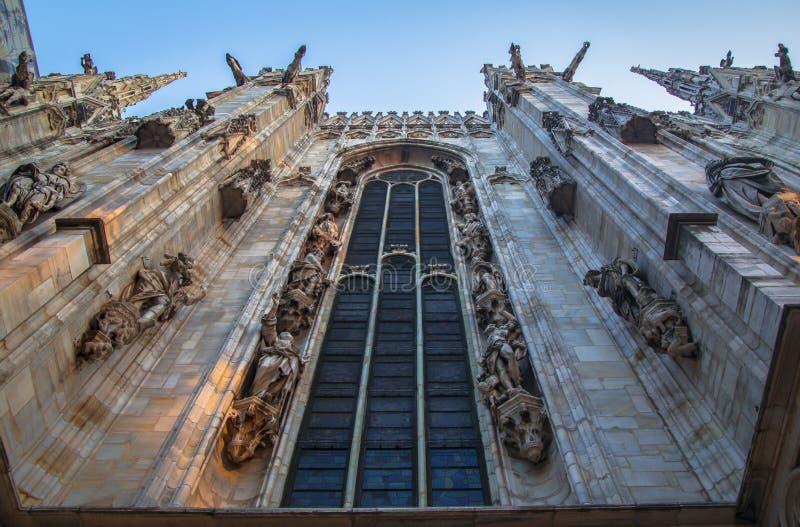 Fasada, statuy i dekoracyjni elementy na dachu Duomo w Mediolan, obrazy royalty free