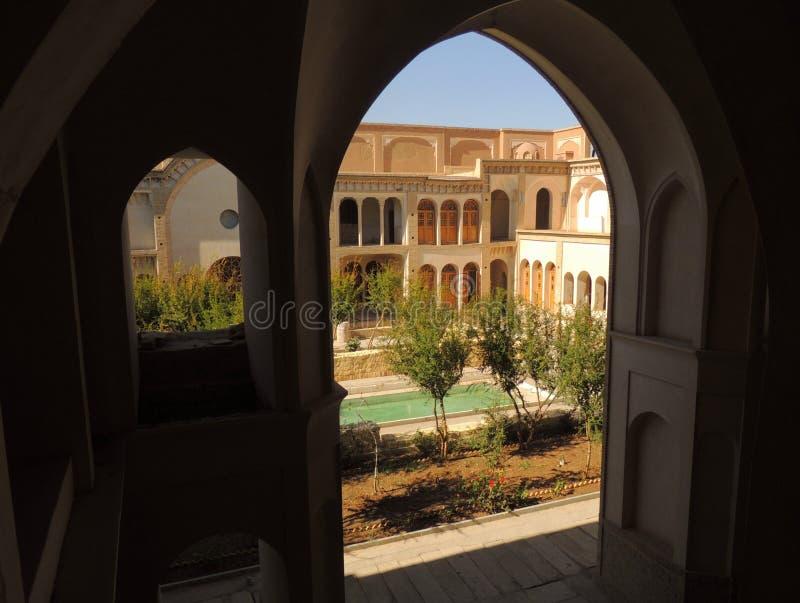 Fasada, tarasuje i wysklepia Ameri pałac tradycyjny dom w oazy mieście Kashan, w Isfahan prowinci środkowy Iran zdjęcia stock