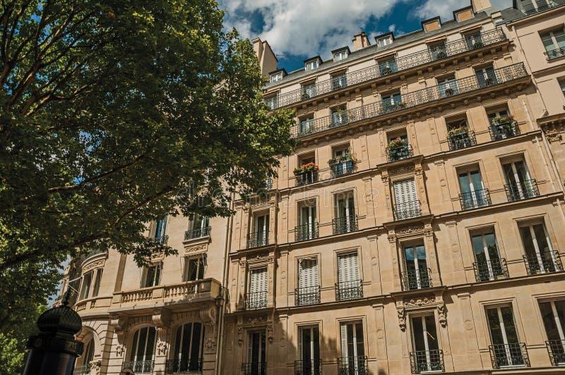 Fasada typowy budynek z balkonem i dekorować ściany w słonecznym dniu przy Paryż zdjęcia stock