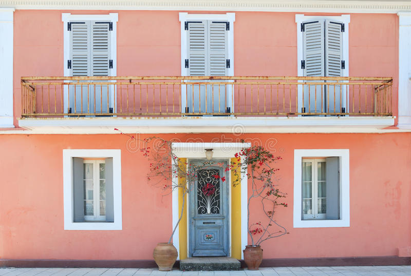 Fasada uroczy grka dom z kwiatami i balkonem zdjęcie stock