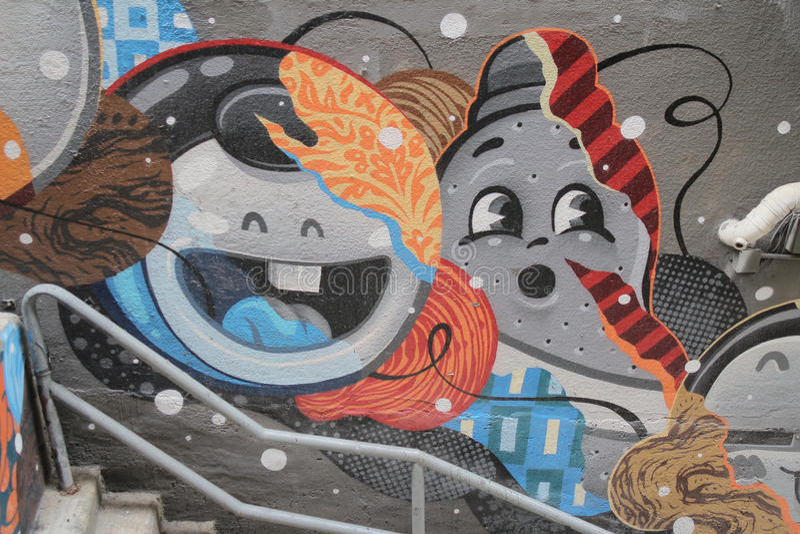 Fasada w starym miasteczku z graffiti przy centralą zdjęcie royalty free