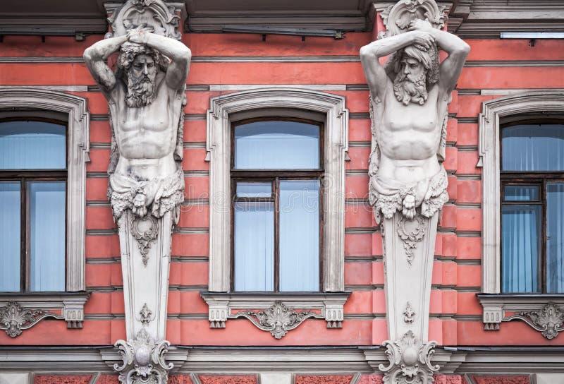 Download Fasada Z Mężczyzna Statuami Stary Pałac Zdjęcie Stock - Obraz złożonej z pałac, baltic: 28959234