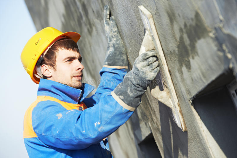 Fasadbyggmästarestuckatör på arbete arkivfoton