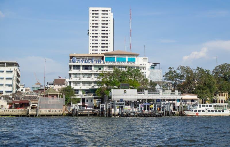 Fasadbyggnaden av den marin- avdelningen som lokaliseras på strand av den Chao Phraya floden royaltyfria bilder