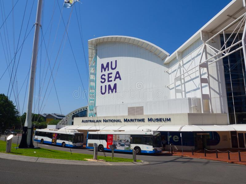 Fasadbyggnaden av det australiska nationella maritima museet som lokaliseras på den Sydney stranden på det nordliga slutet av Dar royaltyfri fotografi