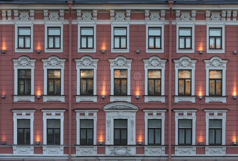 Fasade con le finestre di vecchia costruzione di multi-storia fotografia stock libera da diritti