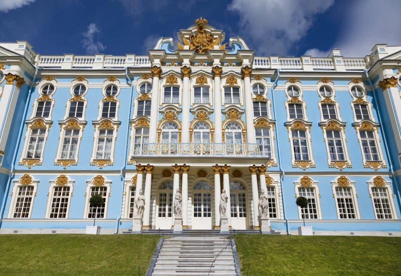 Fasaden av Catherine Palace sikt för liggandepåfågelsommar Tsarskoyen Selo är den statliga Museum-sylten royaltyfri foto