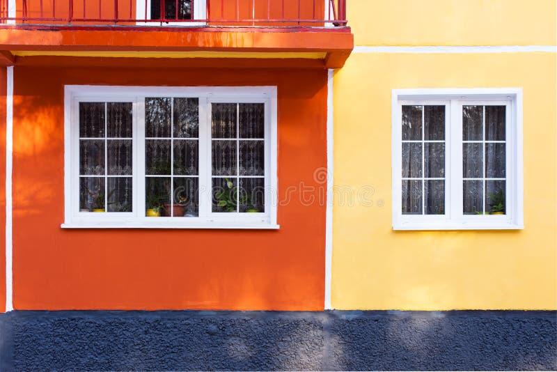 Fasaden av en bostads- byggnad, ett fönster med en vit ram och röd-tegelsten väggar, minimalism, linjäriteter och rengöringen pla royaltyfri fotografi