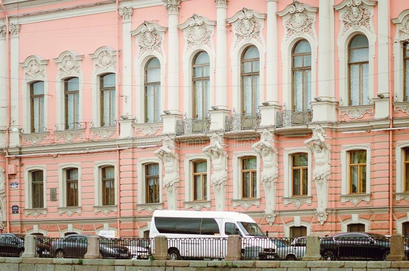 Fasaden av en härlig historisk byggnad i St Petersburg arkivbilder