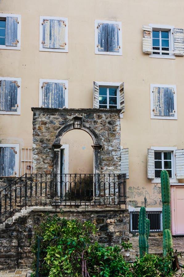 Fasaden av en vanlig gammal byggnad med en dörr och fönster i Montenegro royaltyfria foton