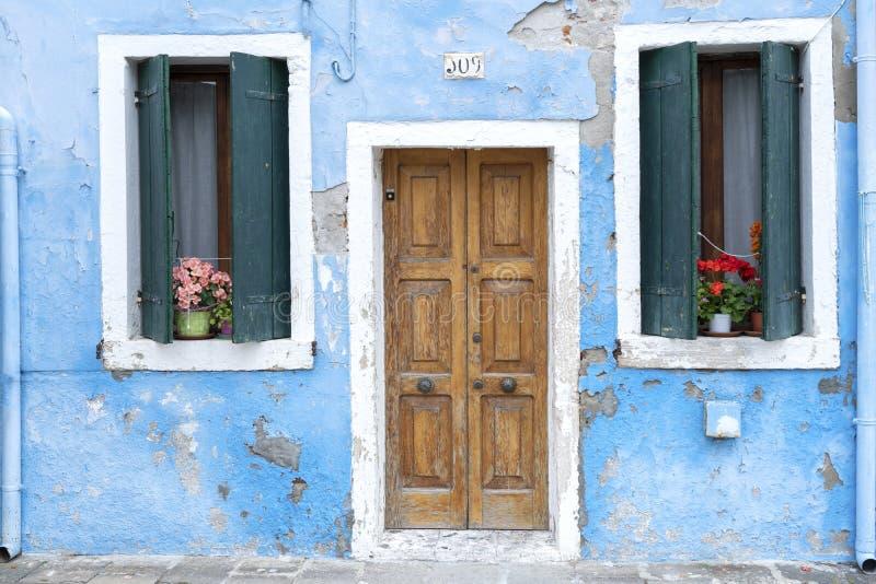 Fasaden av ett blått hus med en tvätterikugge utanför i Burano, Venedig, Italien: Maj 21, 2019 Burano är nära Venedig och är arkivbild