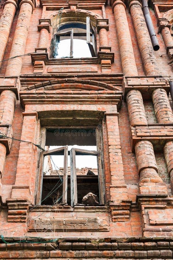 Fasaden av ett gammalt träförfallet hus royaltyfri fotografi