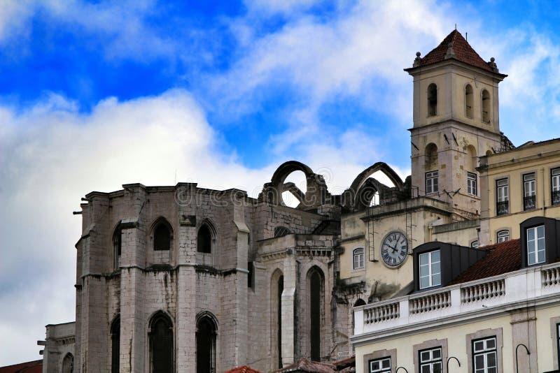 Fasaden av g?r den Carmo kloster i Lissabon arkivfoton
