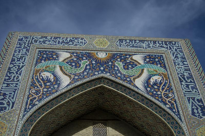 Fasaden av Nadir Divan-Beghi madrasah dekoreras med mång- royaltyfri foto